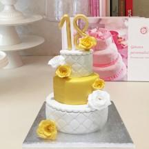 Gâteau Pièce montée Blanche et Dorée